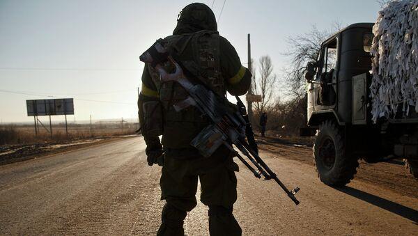 Солдат украинской армии на дороге в Донецкой области. Архивное фото