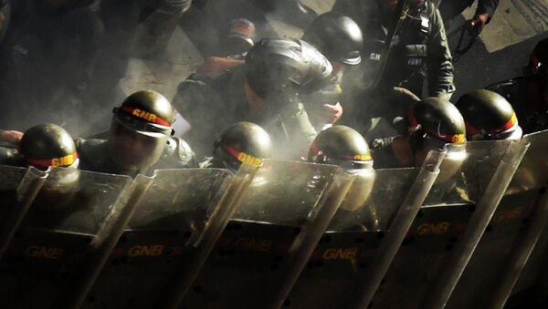 Бойцы Национальной гвардии Венесуэлы во время акции протеста в Каракасе. Архивное фото
