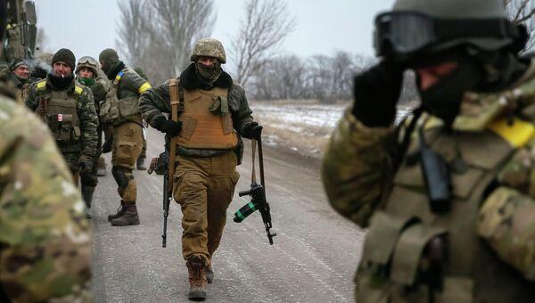 Украинские военные, покинувшие Дебальцево, на дороге в окрестностях Артемовска 19 февраля 2015