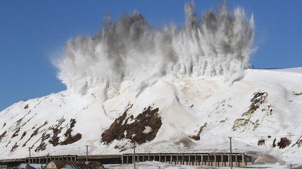 Сотрудники МЧС вызывают сход лавины путем взрыва