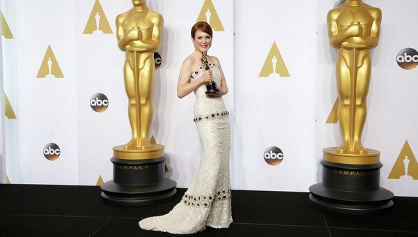 Джулианна Мур позирует с Оскаром на церемонии вручения премии в Голливуде