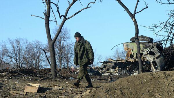 Ополченец ЛНР в разрушенном укрепрайоне украинских силовиков на окраине города Дебальцево. Архивное фото