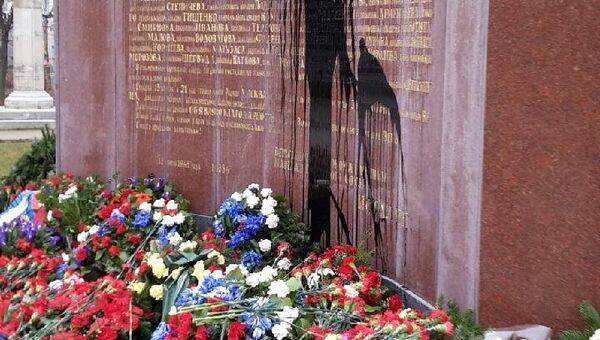 Оскверненный памятник Советскому воину-освободителю в одной из европейских стран