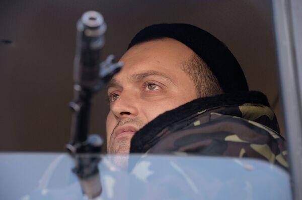 Ополченец Донецкой народной республики во время отвода колонны гаубиц МСТА М2 из Донецка