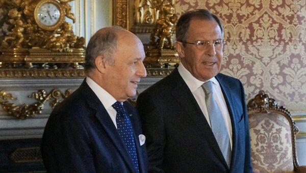 Министр иностранных дел РФ Сергей Лавров и министр иностранных дел Франции Лоран Фабиус перед встречей глав МИД нормандской четверки