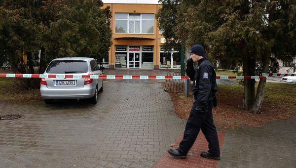 Полицейский возле ресторана в городе Угерский Брод, Чехия