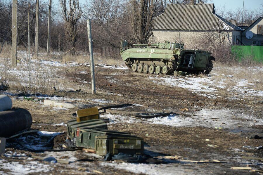 Трофейная украинская военная техника на окраине Дебальцево