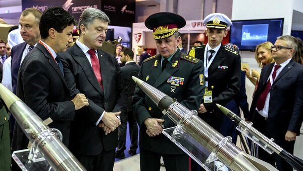 Президент Украины Петр Порошенко и начальник генштаба ВСУ Михаил Муженко (справа). Архивное фото
