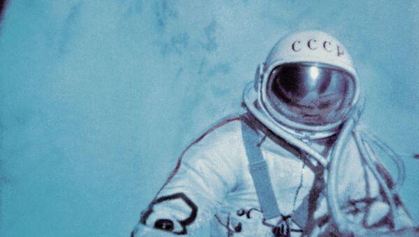 Летчик-космонавт СССР Алексей Леонов в открытом космосе