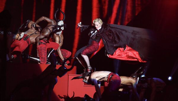 Певица Мадонна во время выступления на премии BRIT Awards 2015