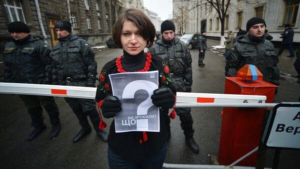 Участница акции Прошел год. Что сделала власть?, посвященной годовщине событий на площади Независимости в Киеве