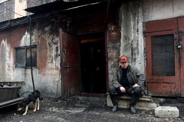 Шахтер после смены на шахте имени С.П. Ткачука в городе Харцызске