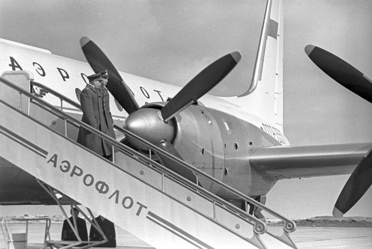 Встреча летчиков-космонавтов Павла Беляева и Алексея Леонова в Москве после окончания полета в космос космического корабля Восход-2. 23 марта 1965 года