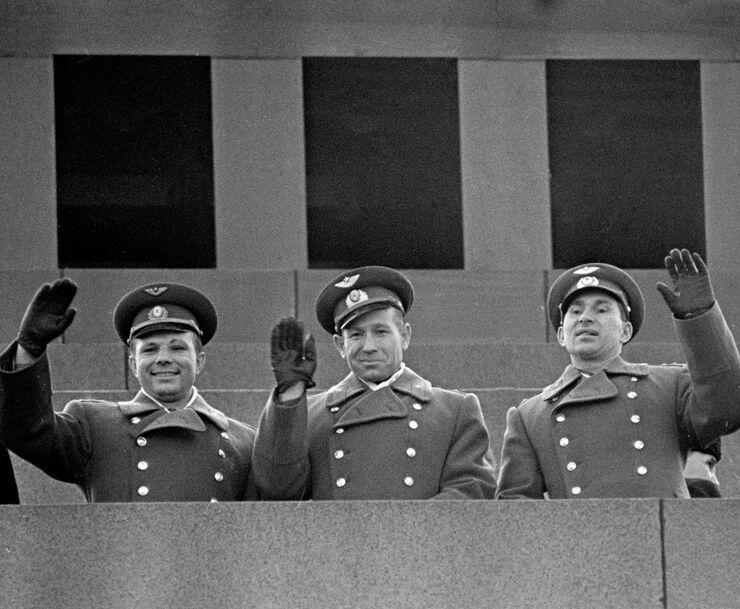 Летчики-космонавты: Юрий Гагрин, Алексей Леонов, Павел Беляев на трибуне Мавзолея Ленина. 23 марта 1965 года