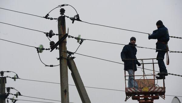 Ремонт линий электропередачи, поврежденных во время боевых действий в Донбассе. Архивное фото