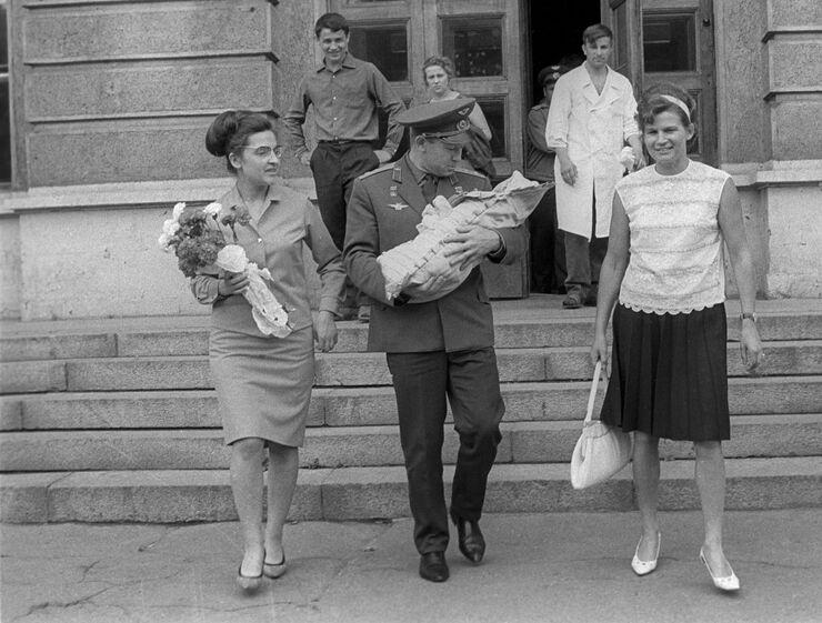 Летчик-космонавт СССР Алексей Леонов забирает из родильного дома жену Светлану и новорожденную дочку. Справа - Валентина Терешкова. Июль 1967 года
