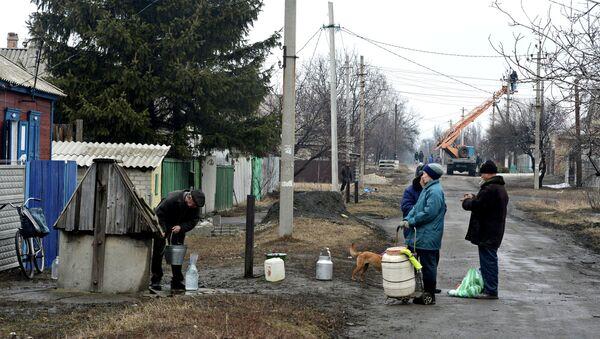 Жители города Дебальцево набирают воду из колодца. 1 марта 2015