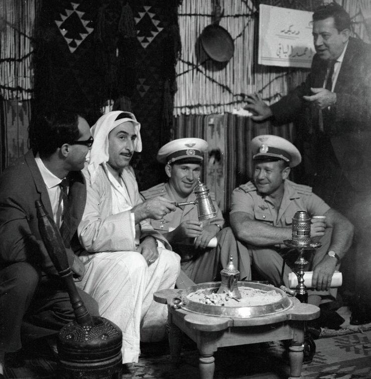 Советские космонавты Павел Беляев и Алексей Леонов на ярмарке в Дамаске. 1966 год