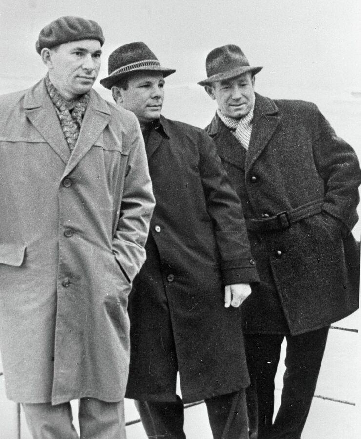 Летчики-космонавты Алексей Леонов, Юрий Гагарин и Павел Беляев во время отдыха на берегу Черного моря. 1964 год