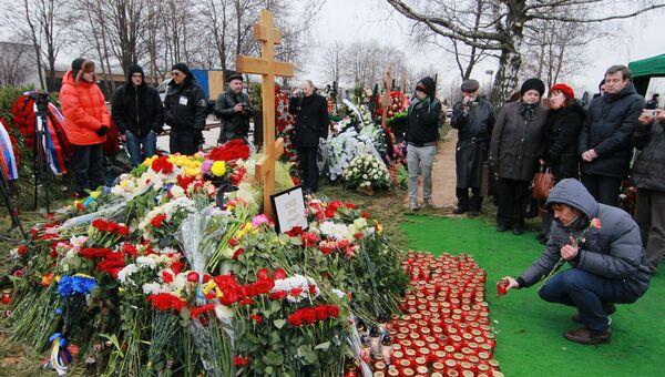 Жители Москвы на похоронах политика Бориса Немцова на Троекуровском кладбище