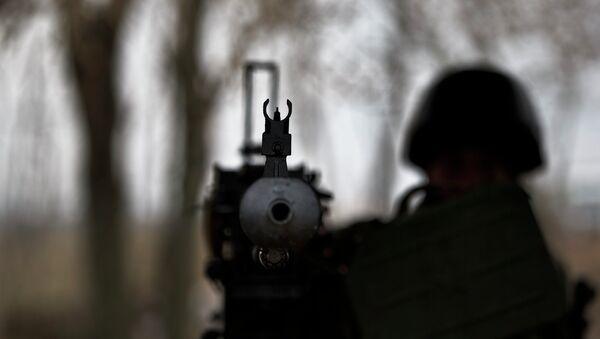 Солдат ВСУ с крупнокалиберным пулеметом на блок-посту в Донбассе, архивное фото