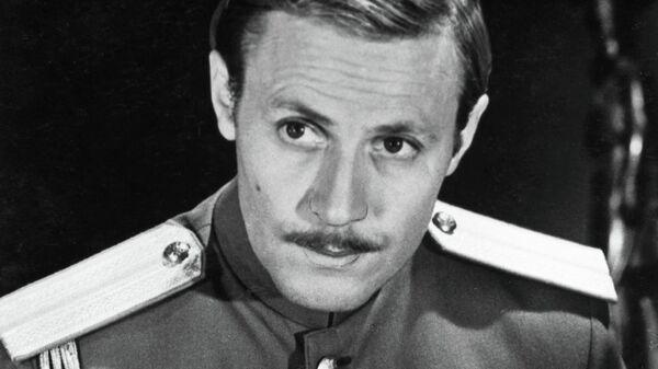 Народный артист РСФСР Юрий Мефодьевич Соломин в сцене из фильма Адъютант его превосходительства