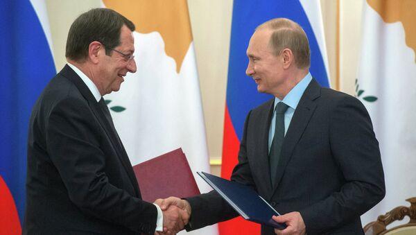 Президент России Владимир Путин и президент Кипра Никос Анастасиадис во время церемонии подписания совместных документов. 25 февраля 2015