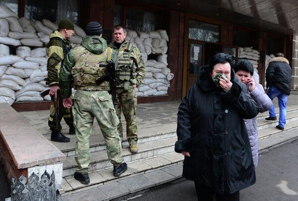 Взрыв на шахте Засядько. Семьи шахтеров возле шахты