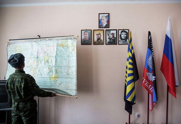 Ополченец ДНР в штабе батальона Кальмиус в Донецке