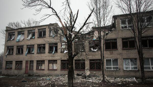 Разрушенное в результате обстрелов во время боевых действий здание в городе Дебальцево.  Архивное фото