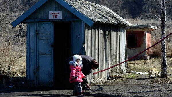 Женщина и девочка перед входом в бомбоубежище в районе аэропорта Донецка, Украина. Архивное фото