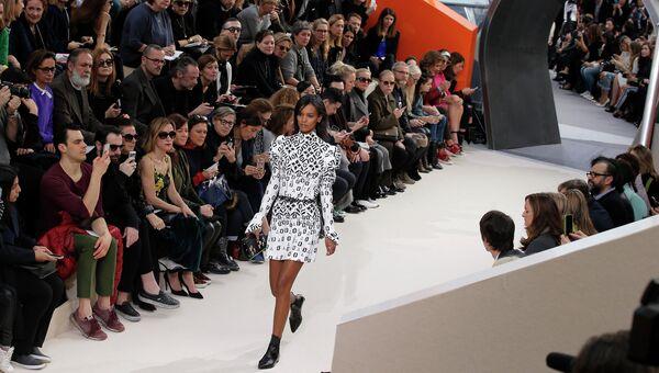Модель во время показа на Неделе моды в Париже. Архивное фото