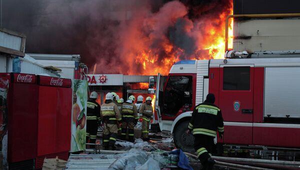 Пожарно-спасательные подразделения МЧС России ликвидируют последствия пожара в Кировском районе Казани. Архивное фото