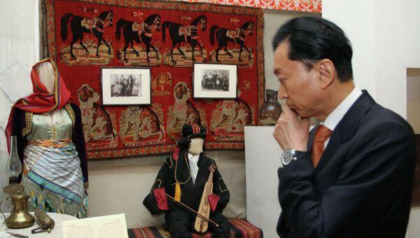 Бывший премьер-министр Японии Юкио Хатояма в Крымском этнографическом музее в Симферополе. Архивное фото