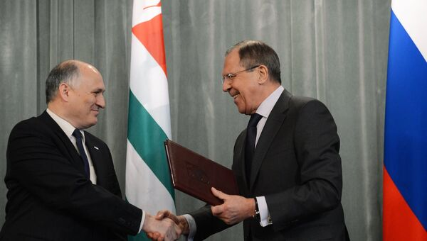 Министр иностранных дел РФ Сергей Лавров и глава МИД Республики Абхазия Вячеслав Чирикба