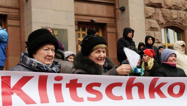 Участники Марша белых платков у здания Киевской городской администрации
