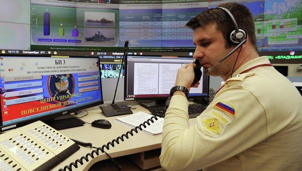 Военнослужащий в центре Управления масштабными военными учениями Северного флота. Архивное фото