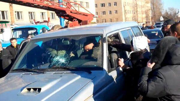 Кадр из видео, на котором жители Константиновки набросились на военных после гибели девочки в ДТП. Архивное фото
