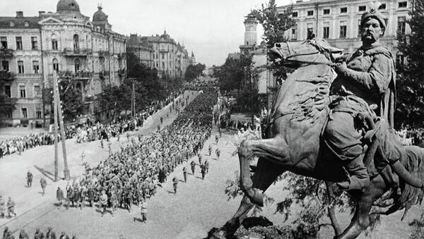 Колонны пленных идут по Киеву