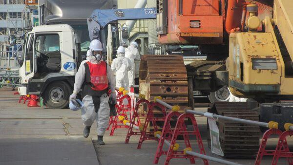 Ликвидаторы около 4 блока АЭС Фукусима Архивное фото