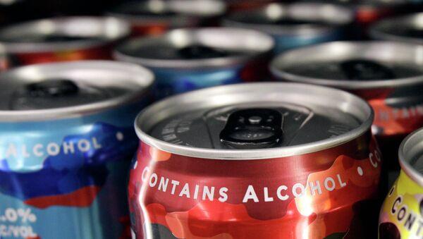Слабоалкогольные энергетические напитки на полке магазина