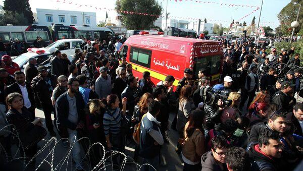 Скорая спасает раненых, пострадавших в результате теракта в музее в Тунисе
