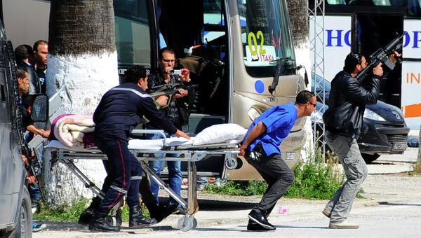 Сотрудники скорой помощи и правоохранительных органов Туниса на месте теракта