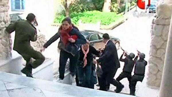 Туристы бегут в укрытие во время теракта в Тунисе
