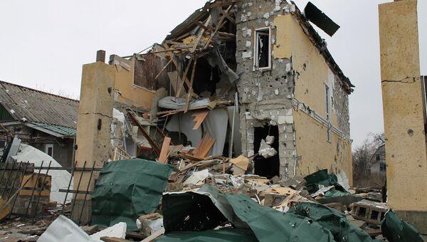 Разрушенный в результате обстрелов во время боевых действий частный дом на улице Крупской, расположенной рядом с аэропортом города Донецка. Архивное фото
