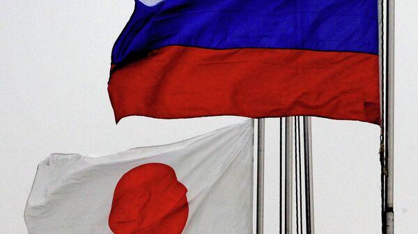 Государственные флаги России и Японии