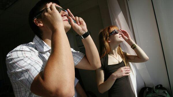 Сотрудники офисов наблюдают за солнечным затмением. Архивное фото