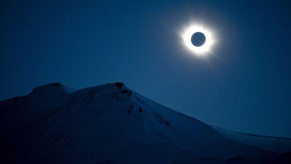 Солнечное затмение в небе над провинцией Свальбард, Норвегия