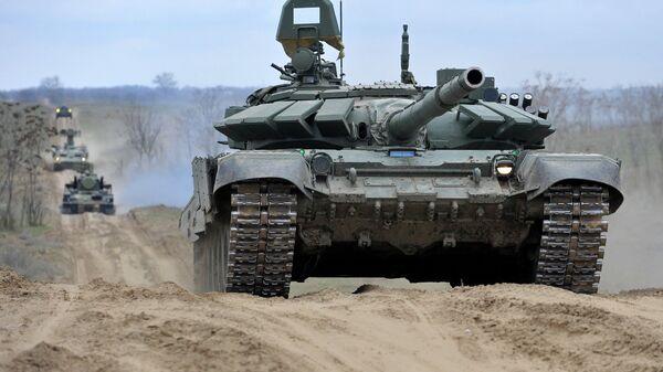 Российские танки во время учений на полигоне Серноводское Ставропольского края