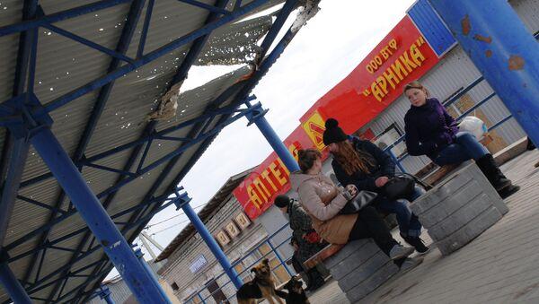 Местные жители на автобусной остановке в Донецке. Архивное фото